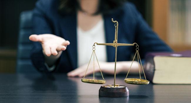 弁護士と天秤