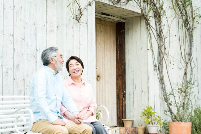 マイホーム前で談笑する夫婦