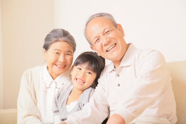 孫を囲むおじいちゃんおばあちゃん